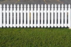 Witte houten piketomheining Stock Afbeeldingen