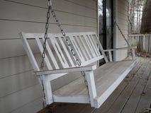 Witte houten portiekschommeling Stock Foto's