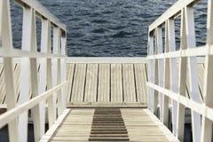 Witte houten stop op zee Stock Foto