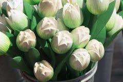 Witte houten tulpen in metaalemmer herinnering in Nederland royalty-vrije stock fotografie