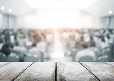 Witte houten vloer met de ruimte van de onduidelijk beeldconferentie van beheerders en leraar royalty-vrije stock fotografie