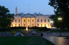 Witte Huis bij Schemer Stock Afbeeldingen