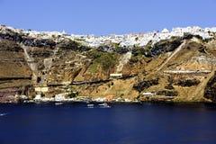 Witte huizen die zich aan de klippenbovenkanten vastklampen stock fotografie