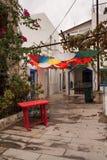 Witte huizen in Griekse stijl De smalle straten van Bodrum Huizeningezetenen Kleurrijke paraplu's die bovenkant hangen - neer Kle Stock Afbeelding