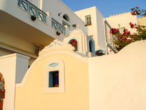 Witte huizen, kerken en blauwe koepels in Oia dorp Royalty-vrije Stock Foto