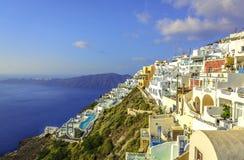 Witte huizen op de klip van Santorini-Eiland Stock Afbeeldingen