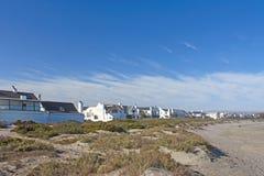 Witte huizen op strand royalty-vrije stock fotografie