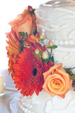 Witte huwelijkscake met kleurrijke bloemen Royalty-vrije Stock Afbeeldingen