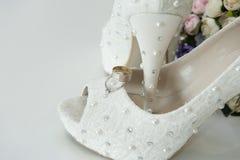 Witte huwelijksschoenen stock afbeeldingen