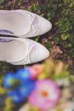 Witte huwelijksschoenen Stock Foto's