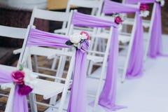Witte huwelijksstoelen stock foto's