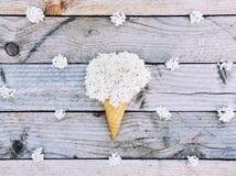 Witte hydrangea hortensiabloemen in roomijskegel op rustieke houten achtergrond Royalty-vrije Stock Fotografie