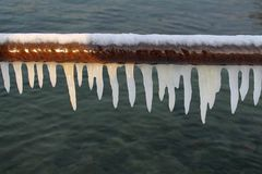 Witte ijskegels op een pijp stock afbeeldingen