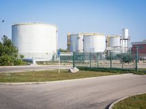 Witte industriële tanks Stock Afbeeldingen