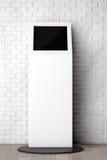 Witte Informatietribune voor Bakstenen muur met Leeg Kader Stock Fotografie