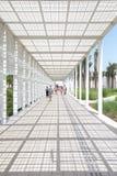 Witte ingang van Abu Dhabi Louvre-museum stock foto