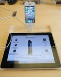 Witte iPhone 5 in de opslag van de Appel Stock Afbeeldingen