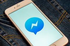 Witte iPhone met embleem van sociale media Facebook Messenger op het scherm Sociaal media pictogram stock afbeelding