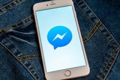 Witte iPhone met embleem van sociale media Facebook Messenger op het scherm Sociaal media pictogram stock afbeeldingen