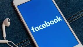 Witte iPhone met embleem van sociale media Facebook op het scherm Sociaal media pictogram