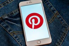 Witte iPhone met embleem van sociale media Pinterest op het scherm Sociaal media pictogram stock afbeeldingen