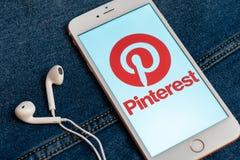 Witte iPhone met embleem van sociale media Pinterest op het scherm Sociaal media pictogram stock foto