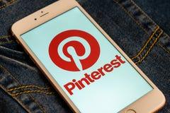 Witte iPhone met embleem van sociale media Pinterest op het scherm Sociaal media pictogram royalty-vrije stock foto's