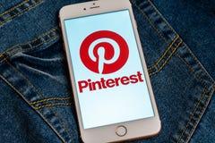 Witte iPhone met embleem van sociale media Pinterest op het scherm Sociaal media pictogram stock foto's
