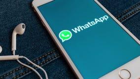 Witte iPhone met embleem van sociale media WhatsApp op het scherm