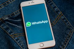 Witte iPhone met embleem van sociale media WhatsApp op het scherm stock fotografie