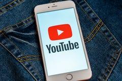 Witte iPhone met rood embleem van sociale media YouTube op het scherm stock fotografie