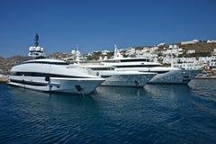 Witte jachten die in de haven van Mykonos worden vastgelegd royalty-vrije stock afbeeldingen