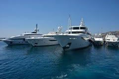 Witte jachten die in de haven van Mykonos worden vastgelegd royalty-vrije stock foto's