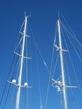 Witte Jachtmasten tegen Duidelijke Blauwe Hemel royalty-vrije stock afbeelding