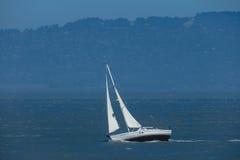 Witte jachtzeilen royalty-vrije stock foto's
