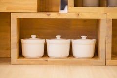 Witte kaars in houten doos Stock Afbeelding
