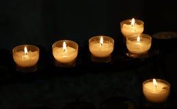 Witte kaarsen die in donkere kerk zich dicht opbranden Royalty-vrije Stock Foto