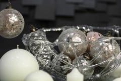 Witte kaarsen die op een plaat worden verfraaid Stock Foto's