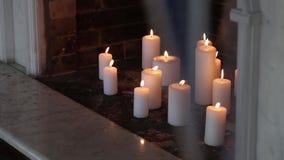 Witte kaarsen in het open haard Binnenlandse Ontwerp stock footage