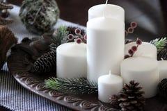 Witte kaarsen op een dienblad royalty-vrije stock afbeelding
