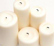 Witte kaarsen op wit Stock Afbeelding