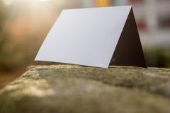 Witte kaart op een steenplak royalty-vrije stock fotografie