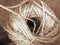Witte Kabel en Textuur - Gerolde witte kabel op een hoogst geweven houten achtergrond Nautically als thema gehad studioclose-up royalty-vrije stock foto