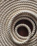 Witte kabel op een houten dek stock fotografie