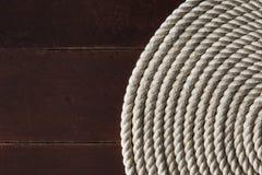 Witte kabel op een houten dek royalty-vrije stock afbeeldingen