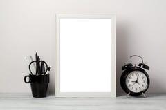 Witte kaderspot omhoog met potlood en wekker Moderne modieuze binnenlandse achtergrond royalty-vrije stock fotografie