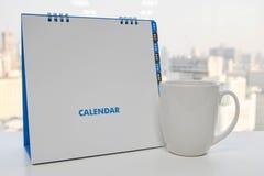 Witte Kalender en een kop van koffie Stock Afbeelding