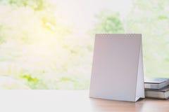 Witte kalender op houten lijst aangaande aardachtergrond en exemplaarruimte Stock Foto