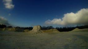 Witte kalksteenbreuk en wolken op hemel stock videobeelden