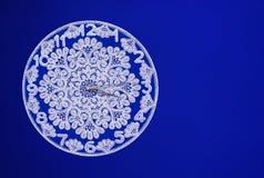 Witte kantklok op een blauwe achtergrond stock fotografie
